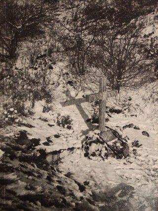 Крест на месте убийства заложников около Пятигорского Некрополя в 1918 году, ныне уничтоженный.