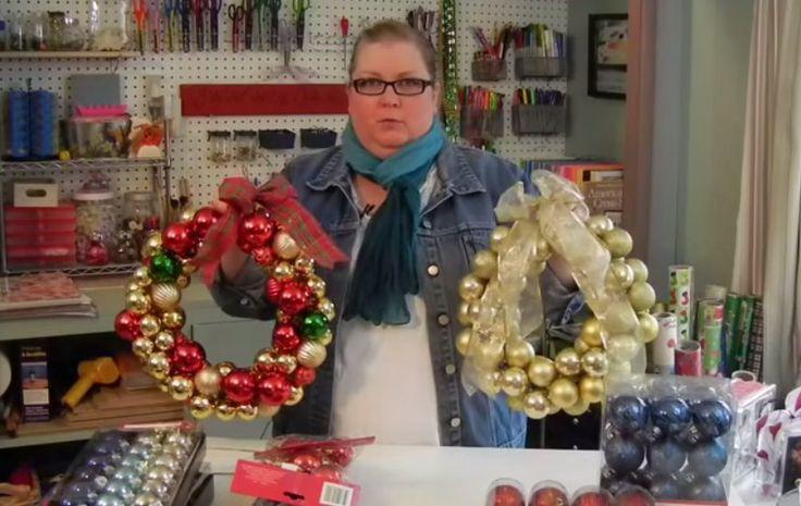Ze doet wat kerstballen om een oude kledinghanger heen! Wanneer jij ziet wat ze maakt wil je het ook gaan doen!