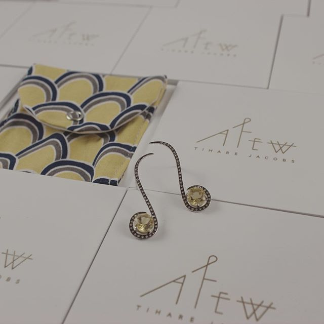 A little yellow drop on a Saturday night. www.AfewJewels.com  #afewjewels #oulu #earring #yellow #saturday #night #saturdaynight #fashion #style #amazing #white #box #packaging #gold #citrine #diamonds #weekend #fashionist #desing #art #color #ouluearring #tiharejacobs #drop #yellowdrop