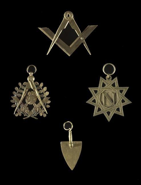 | Ensemble d'insignes maçonniques en métal doré | Images d'Art