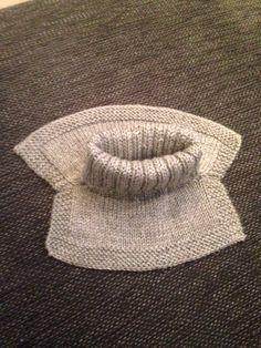 Storebror trengte en ny hals, så da gikk jeg straks i gang med oppgaven. Jeg hadde ingen oppskrift til garnet jeg ville bruke, så strikket denne etter eget hode. Jeg ble veldig fornøyd, går den er ...