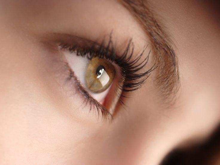 Anti-cernes : 4 astuces de pro pour un regard frais et reposé // Plus jamais le regard fatigué et les yeux cernés : c'est ce que vous propose Cathy Wagner, maquilleuse professionnelle et formatrice. Elle vous donne ses conseils de pro pour toujours avoir le regard frais et pétillant !
