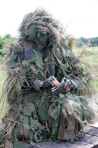 Strój maskujący Ghillie czyli kamuflaż doskonały Żołnierze w trakcie misji, w trakcie działań wojennych muszą być maksymalnie zakamuflowani. Nie mogą zostać łatwo wytropieni przez wroga, nie mogą od razu rzucać się w oczy. W końcu która armia wystawiała by na prosty ostrzał swoich żołnierzy, skazyw