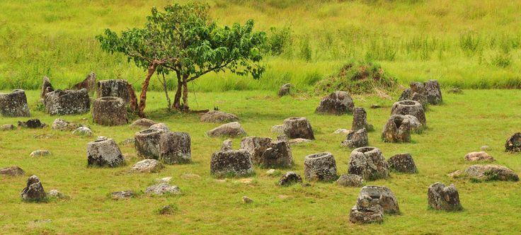 Долина кувшинов в Лаосе - одно из мест, загадка которых так и не раскрыта. Около 90 площадок, на которых расположены несколько тысяч древних емкостей. Кувшины появились там в Железный век - 1500-2500 лет назад, и об их предназначении ученые спорят. Основные версии: емкости использовались для воды или для захоронения праха умерших.