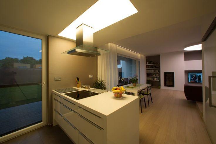 Osvetlenie kuchynskeho ostrova pomocou svetelneho stropu