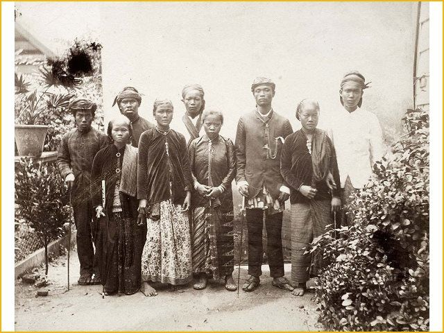 9 Aug 1890 arrived the first Javanese contract workers in #Suriname. That's 123 years ago! In the picture you can see a portrait of a group of Javanese immigrants residing in Suriname since 1890, working on the plantation Marienburg (photo by John (Julius Eduard) Muller)._Tropenmuseum