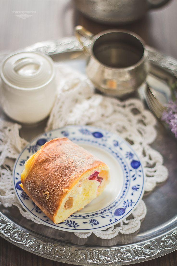 Rhubarb and cheese sweet buns