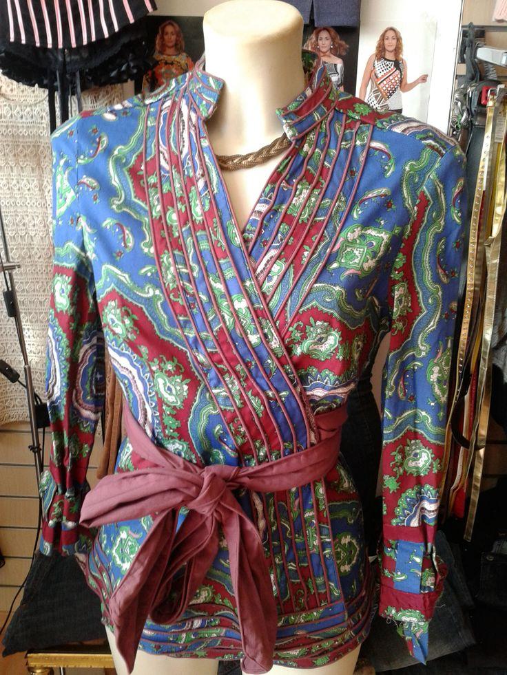 ALMATRICHI Camisa azul estampada Ribete en relieve de doble costura en todo el borde Abrochada con lazo alrededor de la cintura Mangas ajustables con un lazo 97% algodón, 3% licra Talla 36/38