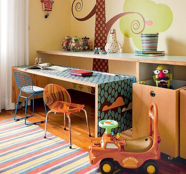 Preservar o espaço livre e criar soluções para arrumar os brinquedos foi o ponto de partida adotado pelo arquiteto Rodrigo Martins neste quarto de brincar. Destaque para a mesa mais baixa, com rodinhas e de fórmica estampada pela TergoPrint - desenho de F