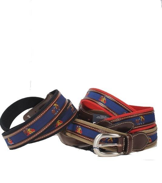 Cinturón taurino de lona y puntera de piel vacuno. Lleva bordadas escenas de la lidia taurina y tiene una hebilla de metal zamak (3,5 x 3,5 cm).Producto 100 % español.