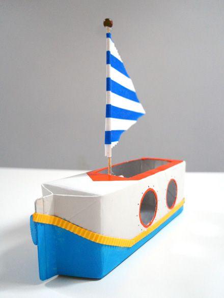 Een boot van een kartonnen melkpak.