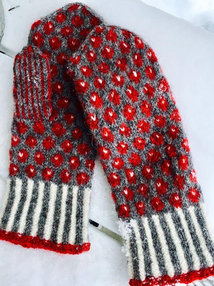 Lilian Irisdotter i Piteå gjorde först ett par lingonvantar. Men med andra färger blir vantarna lätt till andra sorters bär. I utställningen finns också blåbär, hjortron, åkerbär och hallon. …