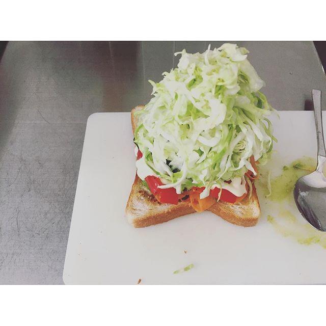 2016/07/08 09:55:54 kaoo 自分用のお昼ごはんに サンドイッチを仕込む (具をちょっと準備してたんだけど、旦那さんお弁当いらないって…だからたまには自分の為に!) やりたかった 千切りキャベツもりもり 塩揉み胡瓜の元気玉 あとは 人参のラペ グリルしたパプリカ ハム アボガド  うわぁいもりもり! 順番上手くすると崩れないね  #おうちごはん#サンドイッチ #sandwich #お昼ごはん#わんぱくサンド #lunch#food#バルミューダ #balmuda #胡瓜の元気玉#もりもり#千切りキャベツ