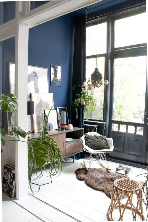 Casa antiga com decoração eclética, paredes bicolores e plantas
