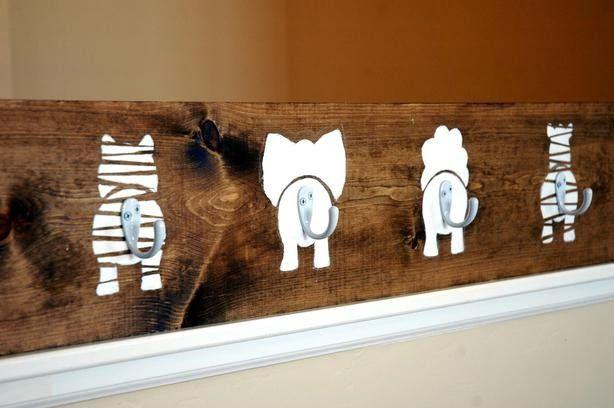 PUERTA AL SUR: Ganchos ideales para decorar la pared de un cuarto infantil.