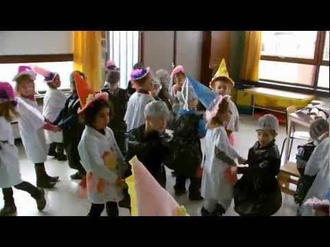 Ridders en prinsessen van Ons Kasteeltje dansen - YouTube
