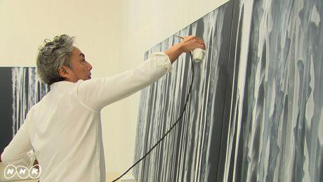 光琳の影響を受けた作品を作る千住博この4月、日曜美術館は放送開始から40年目の年を迎え、新たなスタートを切る。それを記念して、琳派の名の由来ともなった江戸時代の巨人・尾形光琳の特集を、60分の拡大版でお届けする。  光琳の代表作といえば、「燕子花図屏風(かきつばたずびょうぶ)」と「紅白梅図屏風」。ともに国宝であり、日本美術史上、最高傑作と呼ばれるにふさわしい名品だ。そのふたつが、没後300年のことし、実に56年ぶりに、同時に展示されることとなった。今回の番組では、現代に生きるアーティストたちが、ふたつの国宝と向き合い、みずからの創作を通して、今なお圧倒的な輝きを放つ光琳の魅力を解き明かして行く。…