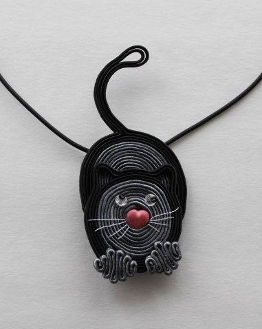 Chat,soutache,broche ou pendentif.Magnifique,original.Dans des tons de noir et gris.