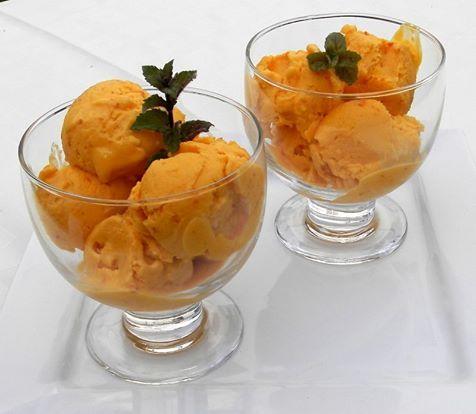 Zvířátkový den - dýňová zmrzlina.300 g rozmixované uvařené dýně hokaido med podle chuti 1 kysaná smetana 1 šlehačka šťáva a kůra z 1 citronu