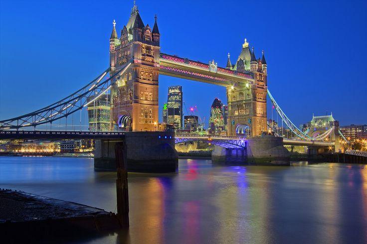 https://flic.kr/p/nD24RT | Il simbolo / The symbol (Tower Bridge, London, England) | Regno Unito, Londra, Bermondsey, Inverno 2014  Il Tower Bridge, il ponte simbolo di Londra fu costruito in stile gotico vittoriano nel 1886 su di un progetto di Horace Jones e Wolfe Barry, e fu terminato nel 1894. Tower Bridge è costituito da due parti mobili che, in meno di un minuto, si sollevano completamente durante il passaggio di grandi navi grazie a un sistema elettronico che nel 1976 ha sostituito…