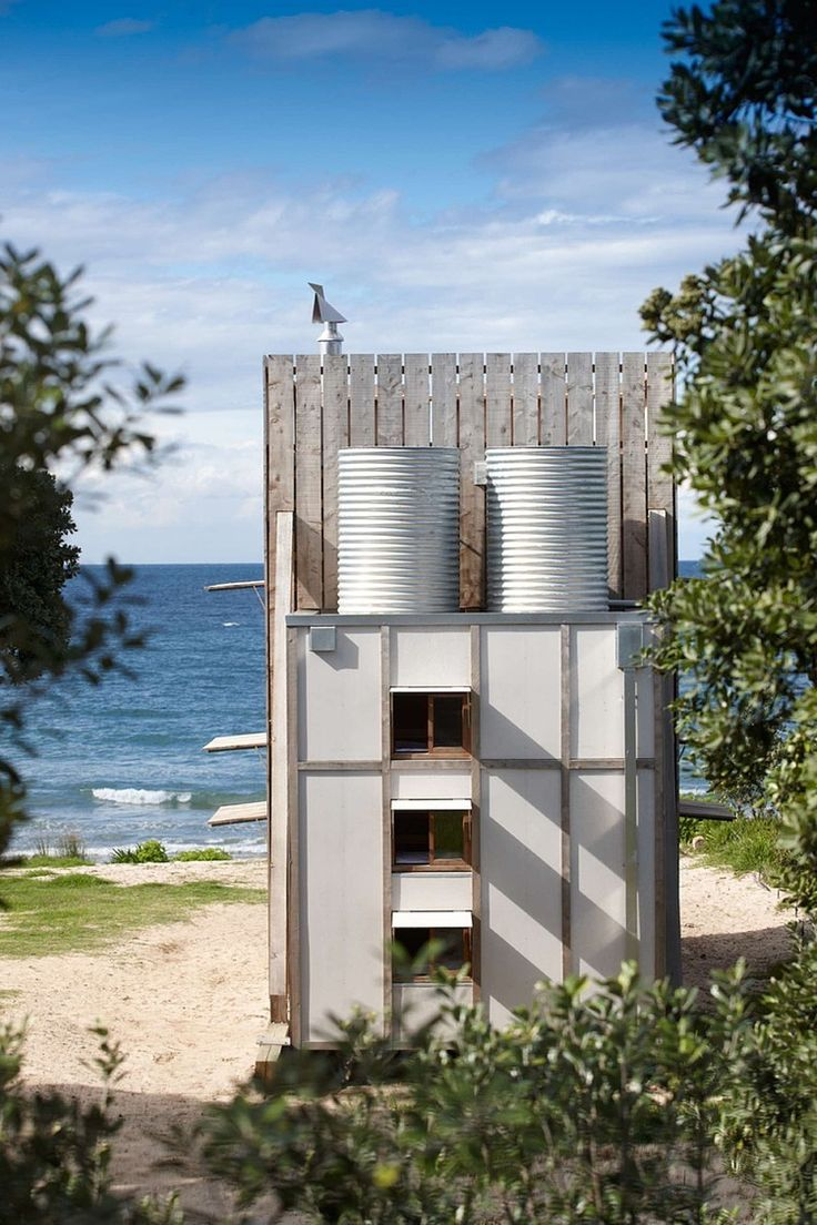 The Beach Hut was designed by Crosson Architects to fit within the areas requirements that all buildings in the locale must be removable due to the coastal erosion zone...