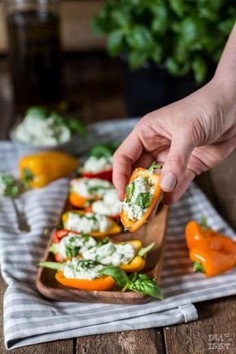 Für den perfekten Grillabend: Snack-Paprika mit Basilikum-Feta-Creme /// Gefüllter Snack-Pfeffer mit Basilikum-Feta-Creme   – Rezepte