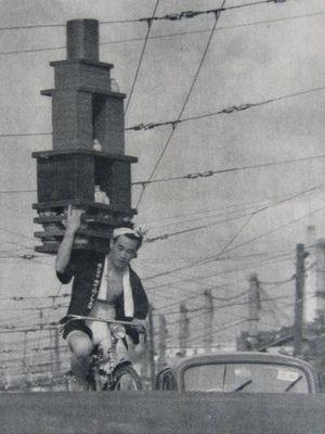 まさに職人技!どんだけ積むの…昭和のそば屋の出前が常軌を逸っしたテクニックすぎる! – Japaaan 日本の文化と今をつなぐウェブマガジン