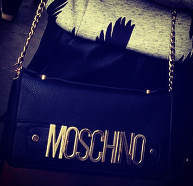 Baggedit- MoschinOH! How perfect this choice of bag is, with its oversized gold engraving of the well-known logo and the black leather exterior. The outfit is quite literally in the bag.