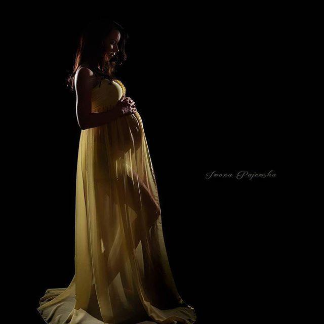 Shine through the dark... #maternityphoto #pregnancyphoto #sesjazbrzuszkiem #sesjaciazowa #fotografiadzieciecabialystok #fotografiaciazowa