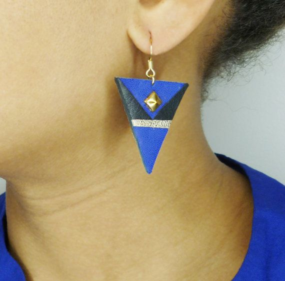 "Triangle earrings handmade with leather inpired by Aztec art.  Bring a colored and original touch to your style with the ""Blue Azteka"" earrings."
