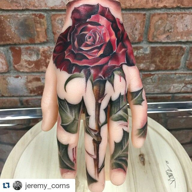 I woulds never do it myself, but this is gorgeous and brilliant hand tattoo.