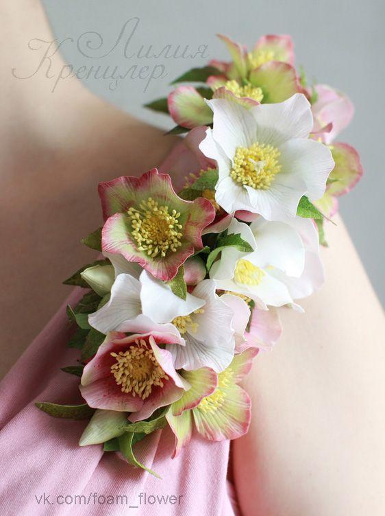 Корсаж из цветов морозника
