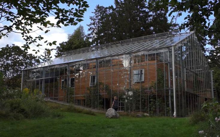 Près de Stockholm, un couple franco-suédois a trouvé la parade aux rudes températures scandinaves tout en se façonnant un habitat écolo : entourer une maison en bois d'une construction en verre pour se protéger du froid.