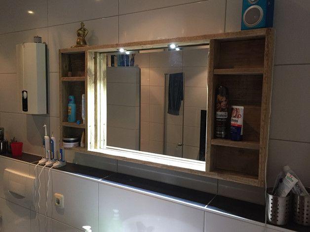 Sehr schöner Badezimmerspiegel aus Palettenholz. Natur geschliffen. Maße 102 cm X 60cm, mit 2 LED Strahler. Maße Spiegel 70cm X 55cm. Versand über DHL für 12,00€ Mehr Infos und Bilder unter...