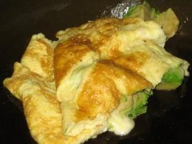 Derreta a manteiga numa frigideira e adicione a mistura de omelete. Adicione o queijo e as fatias de abacate e dobre para terminar.