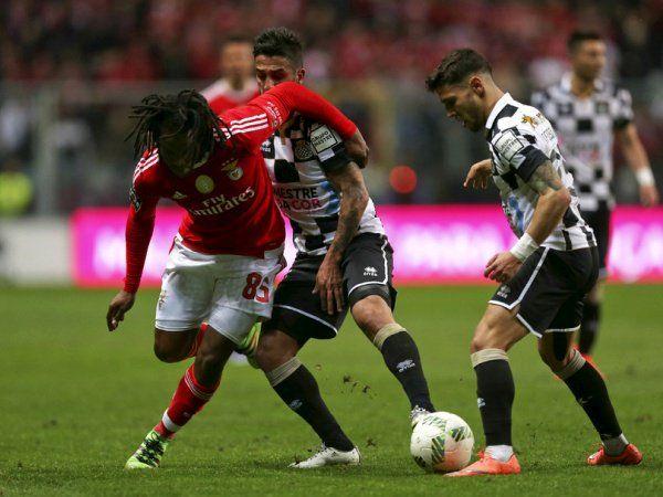 O Benfica recuperou hoje a liderança isolada da I Liga portuguesa de futebol ao vencer na visita ao Boavista por 1-0, graças a um golo do brasileiro Jonas já nos descontos (90+3).
