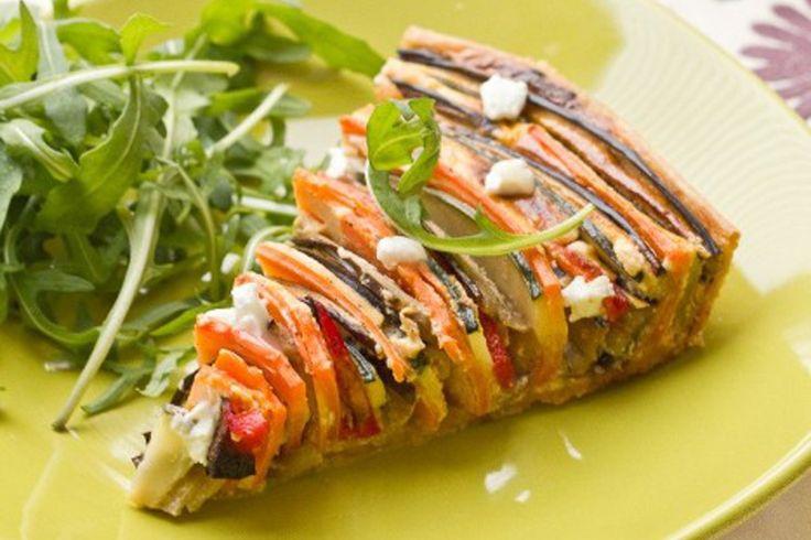 Une jolie tarte avec des lanières de légumes rangées en spirale.