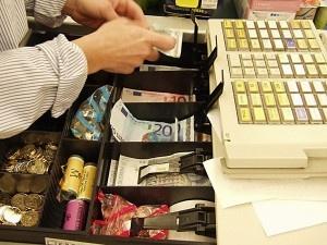 Hacienda amenaza con embargar la caja del día a bares y tiendas con deudas fiscales | Bolsa Spain
