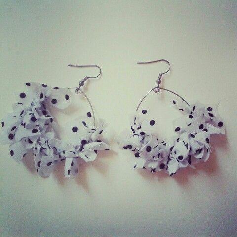Aros de tela lunares blanco y negro #dots #earrings #textile
