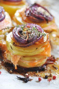 Mille-feuilles de pommes de terre au saumon fumé et oignons caramélisés - recette facile.