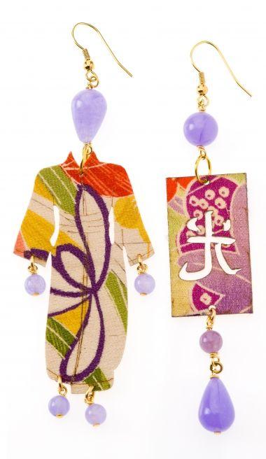 """Lebole gioielli Orecchini d'arte  La collezione kimono utilizza per la realizzazione degli orecchini antiche sete di kimono giapponesi, stese con un procedimento particolare su un'anima di legno leggerissima, evocando fascino e storia, sono orecchini asimmetrici; a un lobo un manichino vestito con kimono e all'altro un ideogramma giapponese che significa luce. Tutti i pezzi sono unici, uno diverso dall'altro ed esclusivamente """"made in Italy"""", montati con elementi in ottone galvanizzato."""