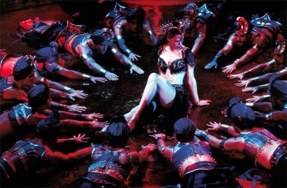 Moulin Rouge... Hayallerinin peşinden koşmadıkça hayalden hayale uçmanın ne anlamı var?