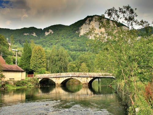 Mouthier-Haute-Pierre : le pont surplombé par la baume de Syratu