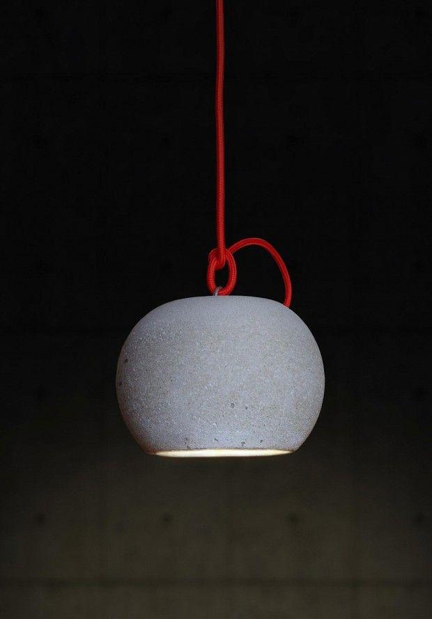 German Gonzalez Garrido est un jeune créateur argentin qui possède plusieurs cordes à son arc, architecte, designer, photographe. Nous allons traiter aujourd'hui son travail de designer en vous présentant cette lampe nommée « Concrete Ball ». Cet objet minimaliste, au design brut est réalisé simplement à partir de béton coulé et de DELs prises dans de la résine. Vous pouvez l'utiliser comme suspension ou comme lampe d'appoint.