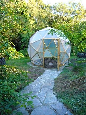1000 images about geodesic dome greenhouse on pinterest for Geodesic greenhouse plans free