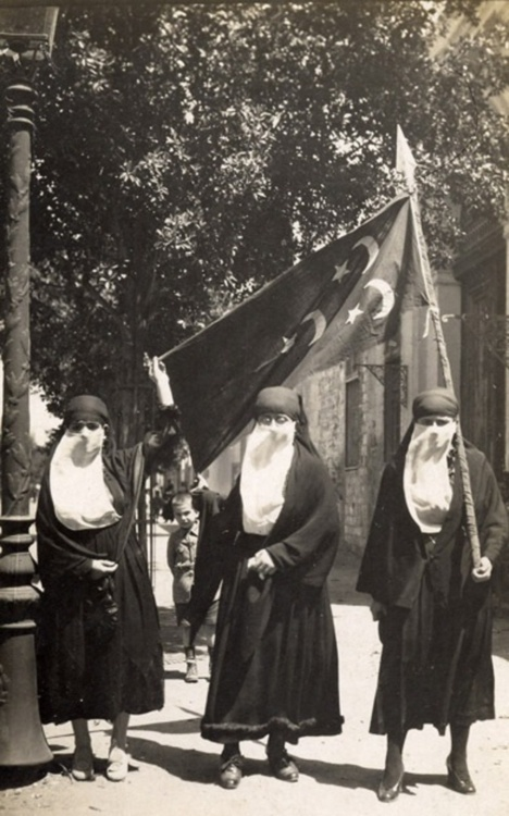 Women demonstrating against British occupation during the Egyptian Revolution of 1919. Cairo, EGYPT