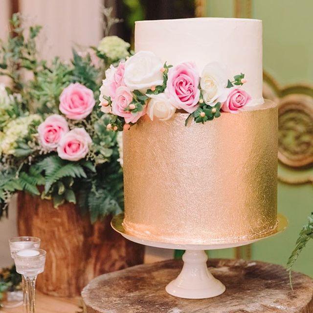 Para las novias a las que les gusta un toque dorado! 😍✨ @floresdeabril @caritoroldanramirezwp Gracias @agfotografiayvideo por compartirnos estas fotos! #flowers #bride #nature #green #decor #weddingplanner #bodasmedellin #matrimoniosmedellin #chocolate #bodas #fruits #rusticcake #wedding #bodas #rusticwedding #cake #dessert #desserttable #caketable #cakestand #bakery #events #weddingdecor #gold #reposteriamedellin