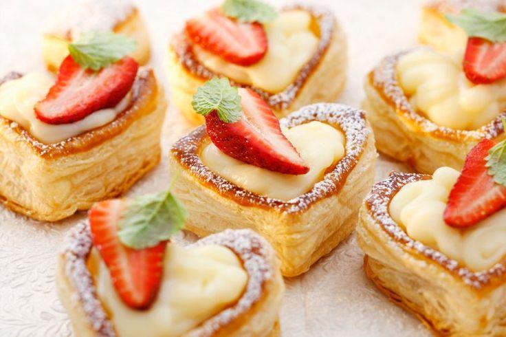Wenn Sie Ihre Liebsten mit einem Vanillepudding der besonderen Art überraschen möchten, sind die Blätterteigherzen mit Erdbeeren genau das Richtige.