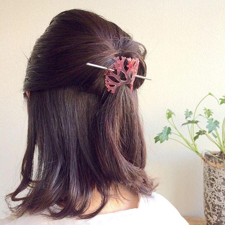 海藻ヒトツマツをモチーフにお作りしました。枝分かれによってできた穴に棒を通して、髪飾りとして使えます。 くるりんぱでとめた髪ゴムのあたりや、おだんごなどのアップヘアなど、見せたくない髪ゴムを隠しながらおしゃれに楽しめる、マジェステというヘアアクセです。 #shrinkplastic #プラバン #プラ板 #ヘアアクセサリー #海藻 #seaweed #マジェステ
