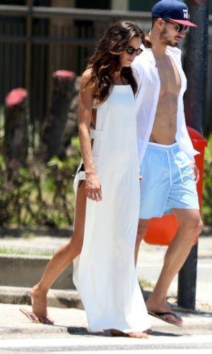 Izabel Goulart usou um vestido longo com as laterais abertas para curtir a praia com o namorado. A peça é prática, elegante e pode ser usada em outras ocasiões, variando as peças de baixo
